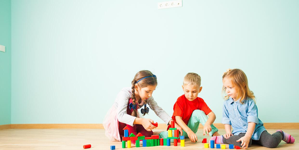 copii se joaca jucarii tichete sociale gradinita up romania