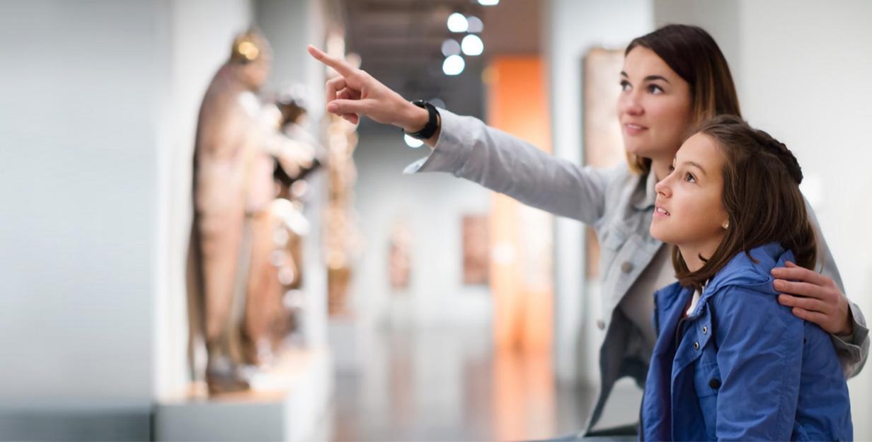 mama si fiica vizita muzeu calatorii turism  tichet hartie cultura up romania